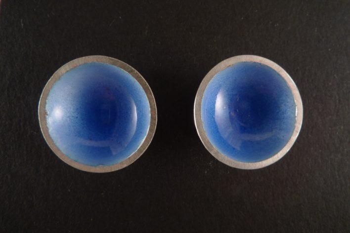 Les Puces Scandinaves bleu clair. Boucles d'oreilles rondes concaves émaillées sur argent 925.