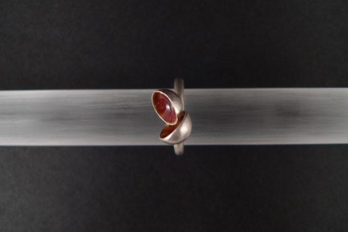 L'amulette - Bague concave émaillée sur argent 925